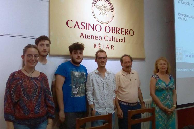 Integrantes de la plataforma Salvemos Béjar junto a la presidenta del Casino Obrero, Carmen Carpio