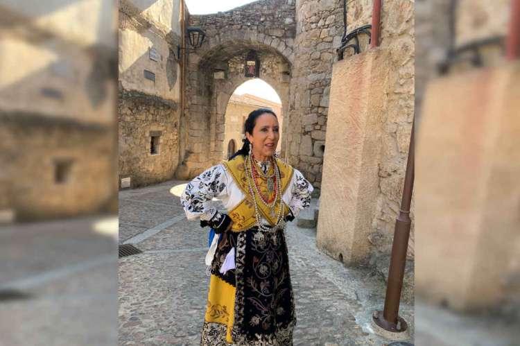 Mujer con vestido tradicional en Miranda del Castañar