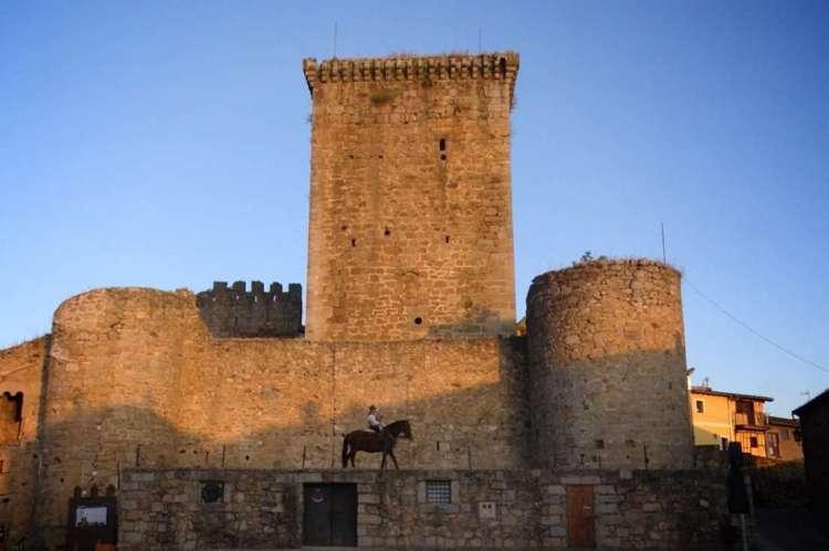 Castillo de Miranda desde la plaza de la localidad, El Mariquelo a Caballo en la parte interior