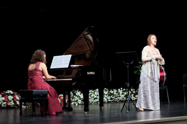 Caridad Argente Pereira cantando y Marina Fernández Rueda al piano en el Teatro Cervantes de Béjar