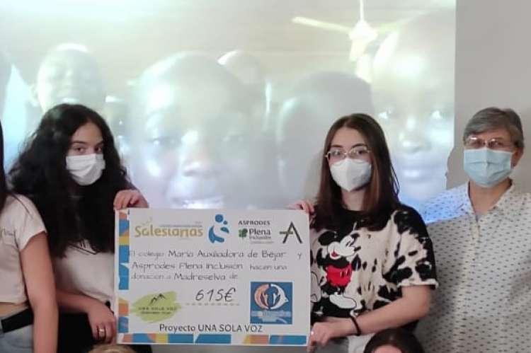 Entrega del cheque solidario durante una video conferencia con el colegio  de Tanzania