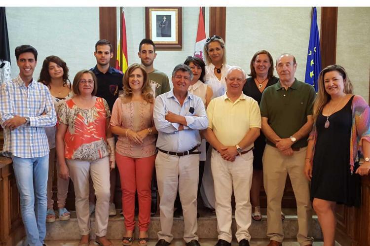 Participantes en el programa de empleo junto a los concejales