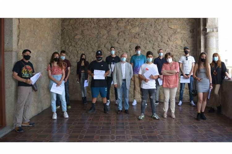 Participantes y docentes del programa de empleo en el balcon del Ayuntamiento