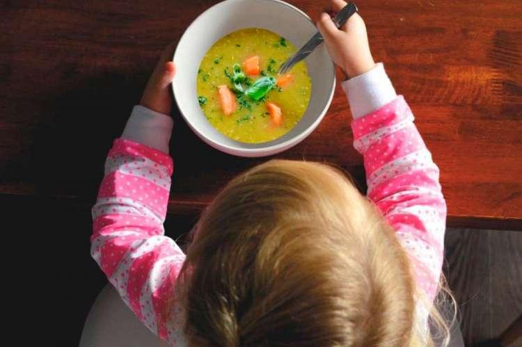 Niño comiendo en un comedor
