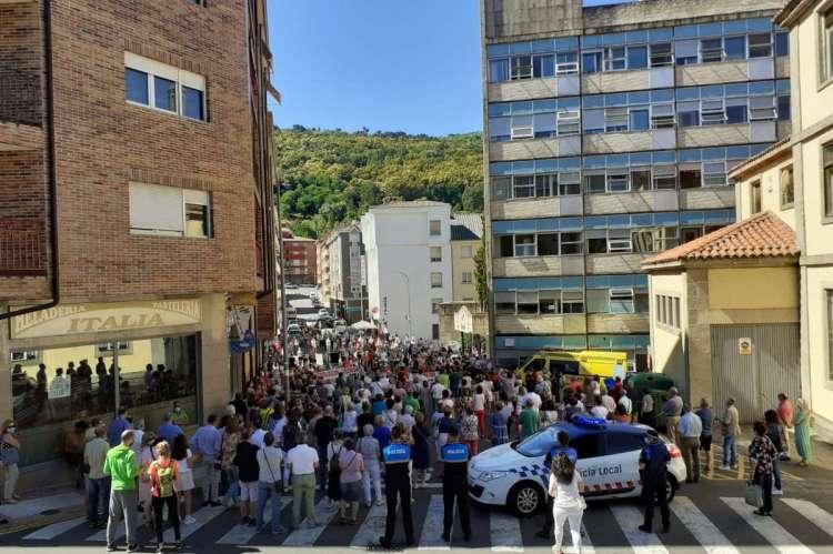 Un momento de la concetración ante el hospital de Béjar