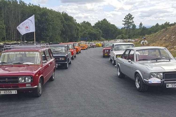 varios coches circulando en paralelo