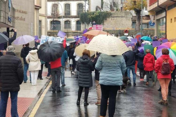 Decenas de personas de espaldas con paraguas junto al edificio del hospital de Béjar
