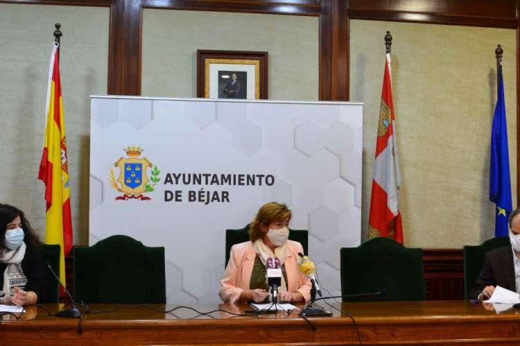 Firma del convenio entre Ayuntameinto y Cruz  Roja en el salon de plenos del consistorio