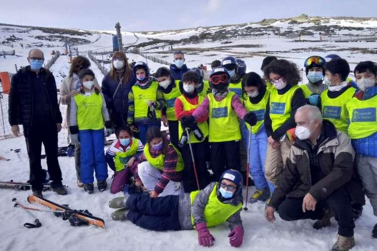 Grupo de escolares en la nieve