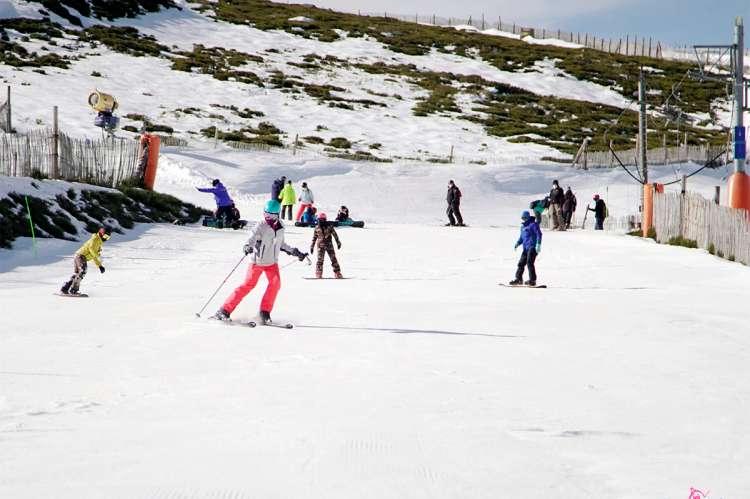 Varias personas esquiando en una de las pistas de la estación de esquí