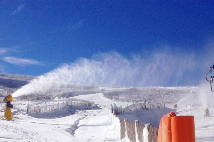 Cañones de producción de nieve funcionando