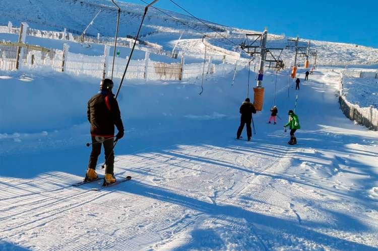 Varias esquiadores utilizando las instalaciones de la estación de esquí