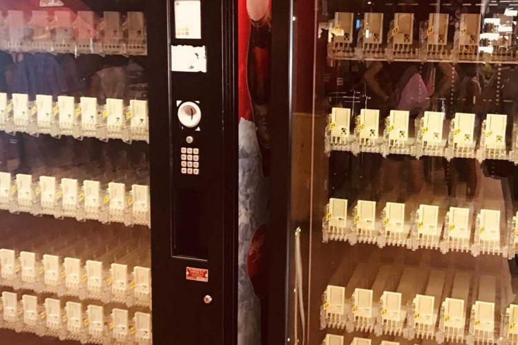 Maquinas expendedoras vacías en La Covatilla