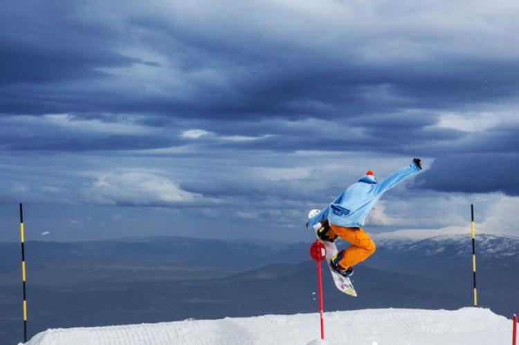 Esquiador haciendo snow-board en La Covatilla