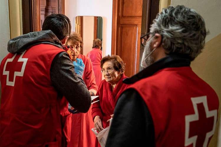 Voluntarios de Cruz Roja prestando ayuda a domicilio