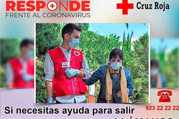 Voluntario paseando con una persona mayor. Teléfono del servicio de Cruz Roja: 923 22 22 22