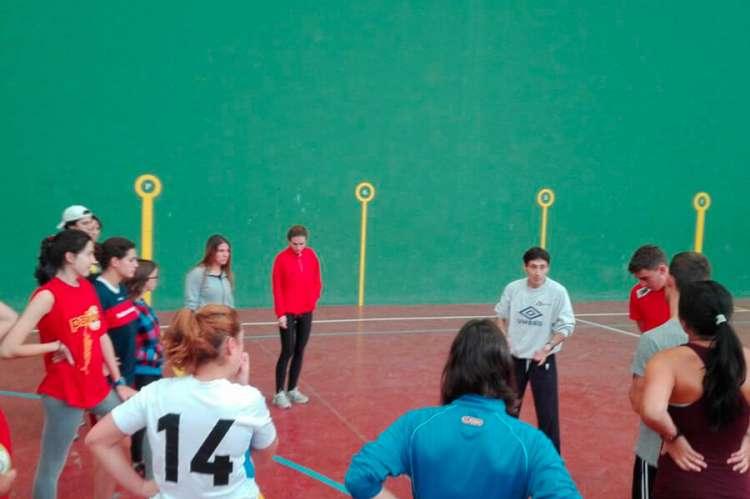 Varias personas formando un corro en un pabellón deportivo