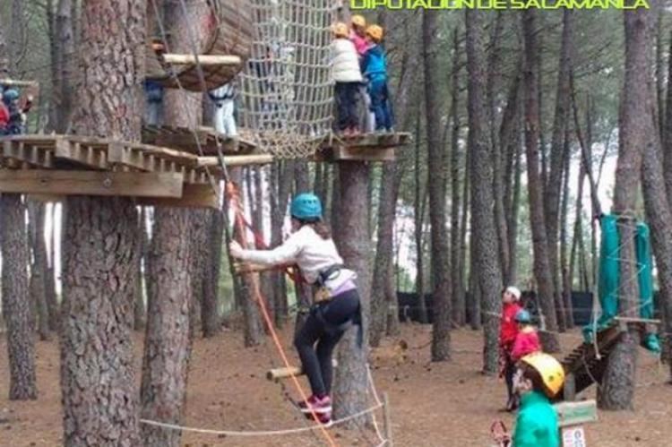 Niños jugando en parque de Aventuras de La Alberca