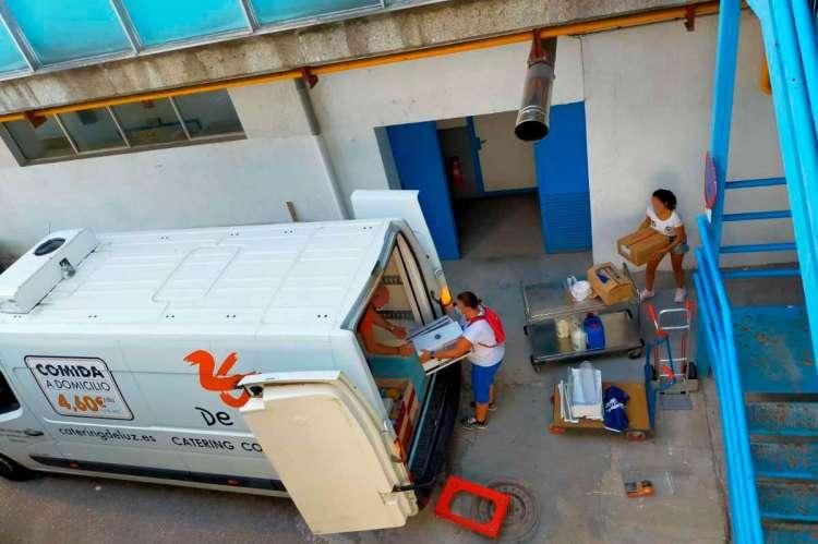 Trabajadores desmontando el aparataje y equipos del servicio de catering