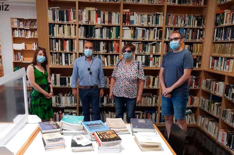 Momento de la donación de material del CEB a la biblioteca de Hervás