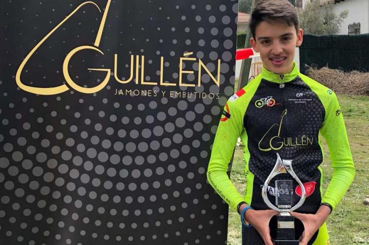Rodrigo Hernández con el trofeo de ganador, en categoría infantil, en el I Trofeo BTT Ciudad de Béjar