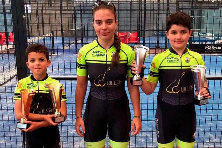 David Martín, Natalia Ovejero y Enrique Sánchez con los premios conseguidos en la prueba