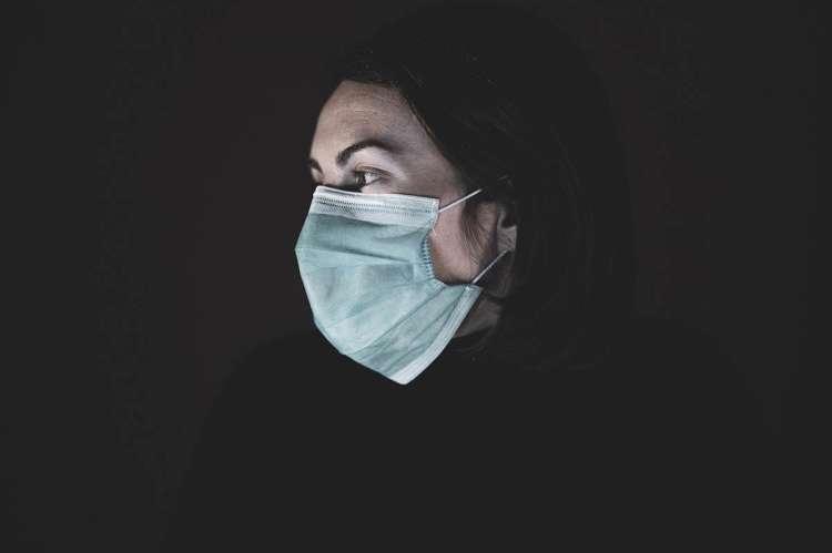 Una mujer con mascarilla puesta