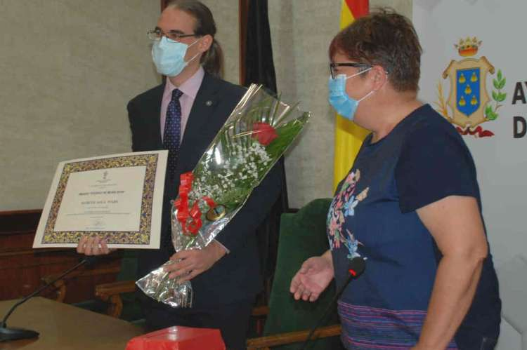 La presidenta del Centro de Estudios bejaranos entrega el premio al ganador