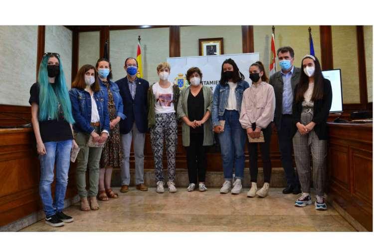 Alumnos del centro integrado, junto a la ganadora y concejales del Ayuntamiento de Béjar
