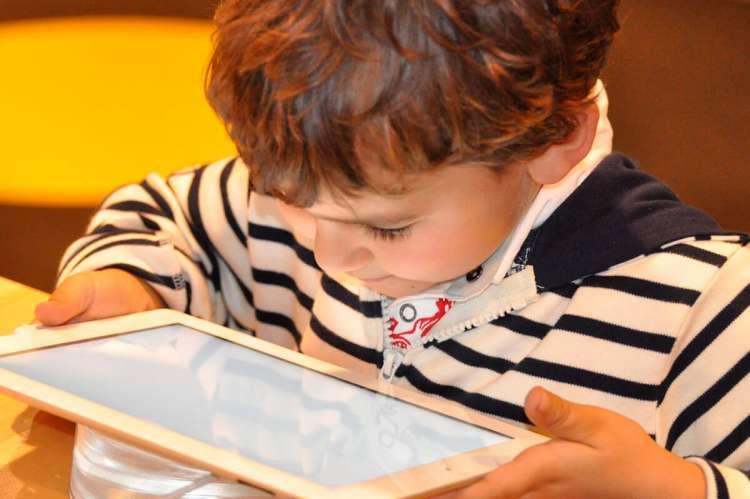 Niño mirando una tablet