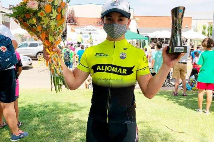 Sergio Blanco con el trofeo y ramo de flores tras ganar la carrera