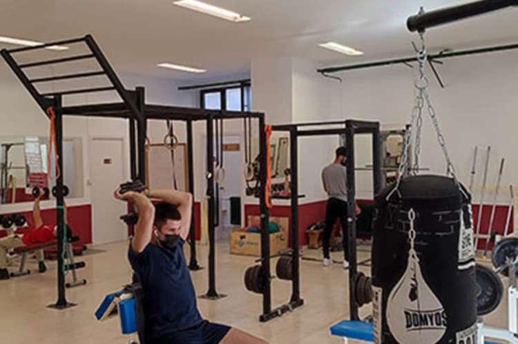 Máquinas de gimnasio con personas utilizándolas