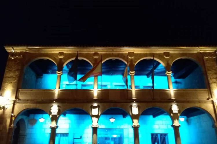 Fachada del ayuntamiento iluminada con colores azules