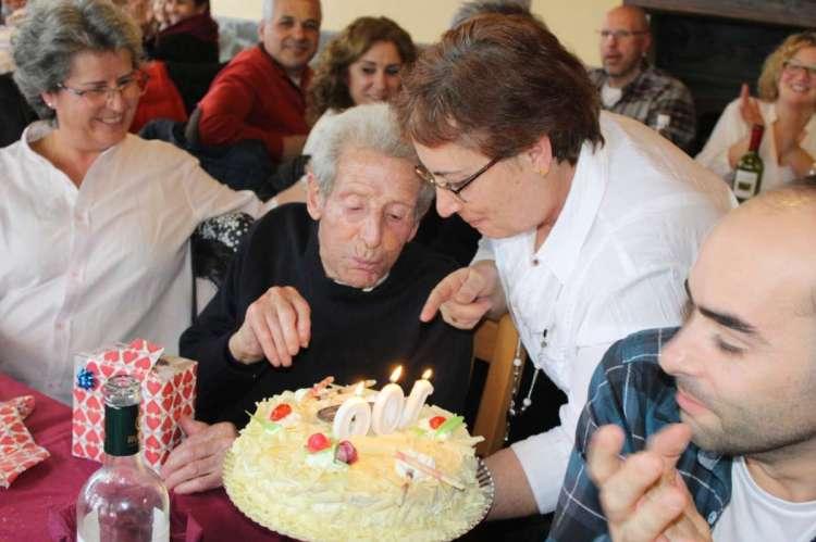 Félix Izquierdo soplando las velas de la tarta