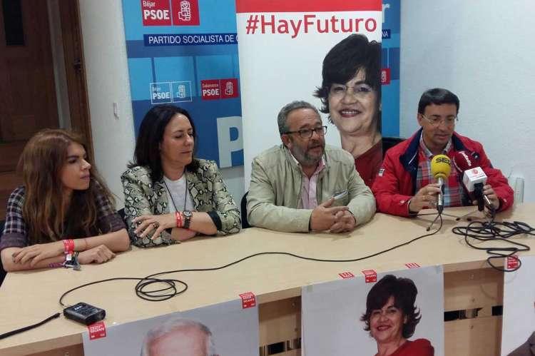 Fernando Pablos, a la derecha, junto a J. L. Rodríguez Celador y parte de la candidatura regional socialista