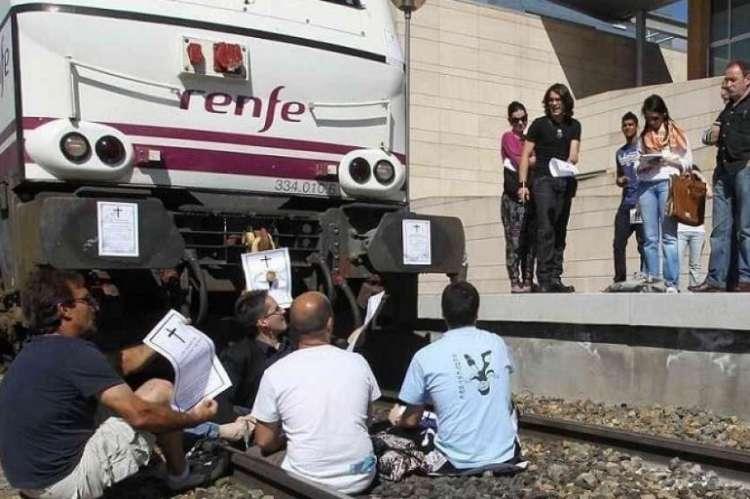 Representantes de FEVESA en las vías del tren cuando Salamanca perdió las conexiones con Zaragoza e Irún, en 2012