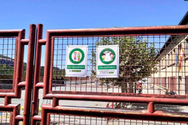 Carteles recordando las medidas de seguridad obligatorias en el colegio Filiberto Villalobos de Béjar