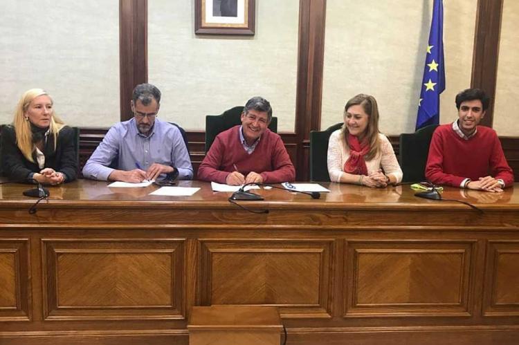 Un momento de la firma del convenio entre el Ayuntamiento y la Cámara de comercio