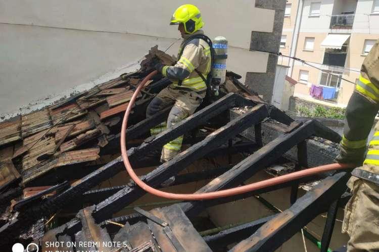 Los bomberos actúan en la extinción del incendio de la vivienda