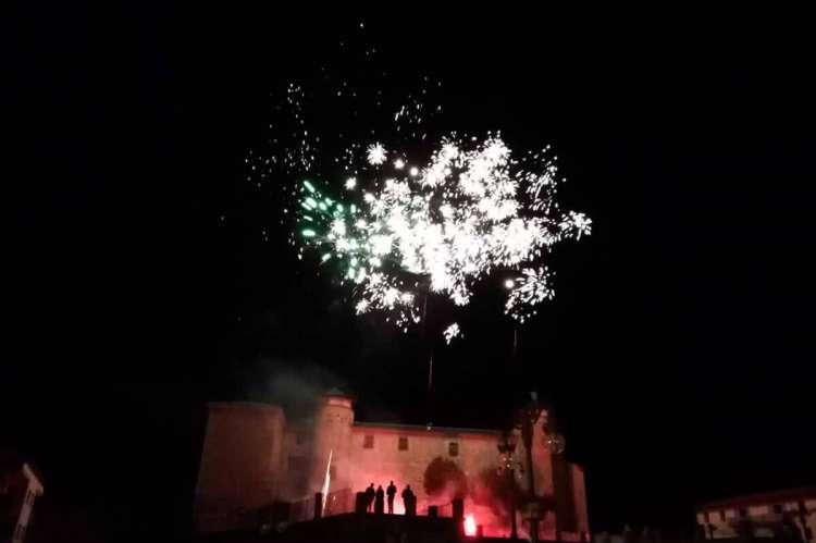 Fuegos artificiales sobre el palacio ducal de Béjar