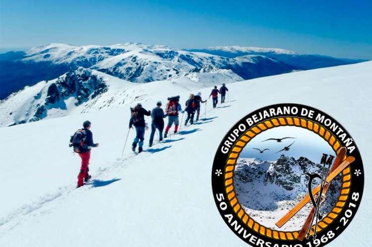 Montañeros andando por la nieve en Garganta de Bohoyo