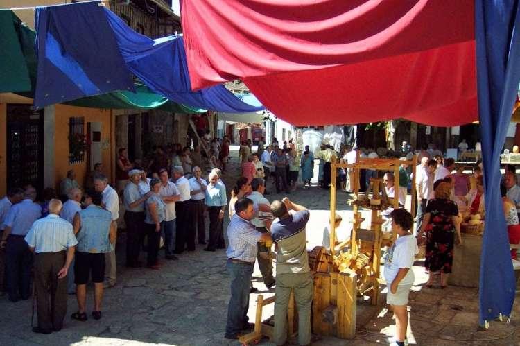 IMAGEN DE ARCHIVO. Uno de los primeros mercados de artesanía en Herguijuela de la Sierra