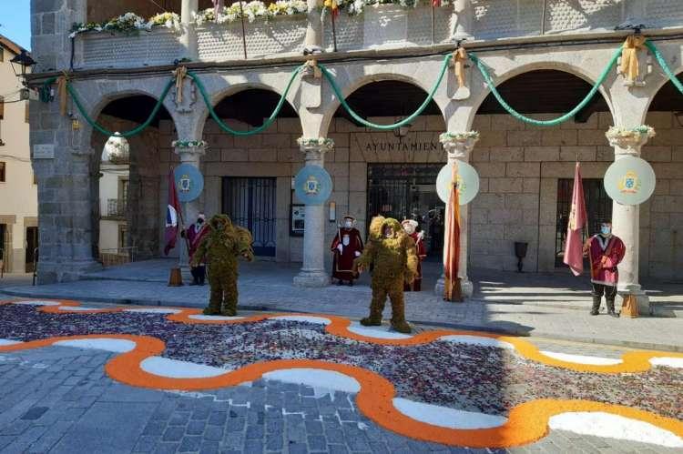 Hombres de Musgo y maceros frente al Ayuntamiento de Béjar