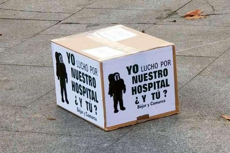 Caja de cartón en el suelo con cartel reivindicativo. Yo lucho por nuestro hospital ¿y tú?