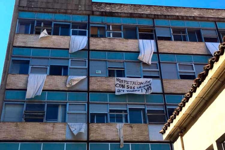 Exterior del hospital de Béjar con sábanas con mensajes reivindicativos en las ventanas