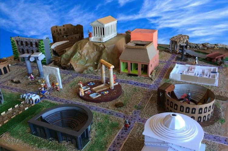 Edificios romanos pertenecientes a la exposición de las maquetas realizadas por los alumnos de 2º ESO de Cultura Clásica