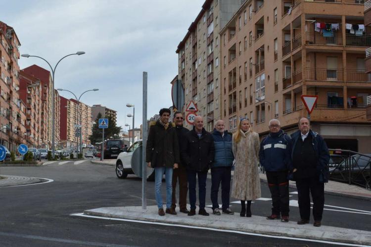 Concejales inaugurando la rotonda de la Calle Recreo
