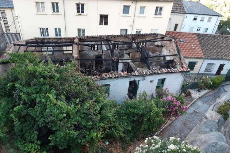 Edificio abandonado incendiado en Travesía de Padre Roca