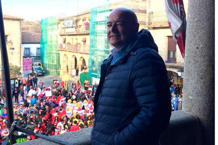 Javier Garrido Novoa en el balcón del Consistorio