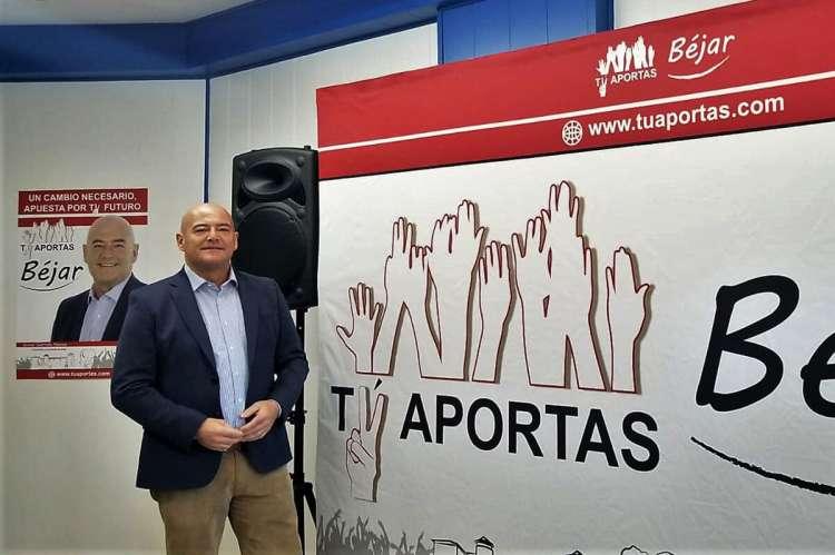 Javier Garrido en el interior de la oficina del candidato de Tú Aportas